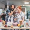 """""""Entjungferung"""" in der Hausboot-Kombüse: """"Sweet& Easy – Enie backt"""" mit Riccardo Simonetti am Samstag, 27. April 2019, um 17 Uhr auf sixx (FOTO)"""